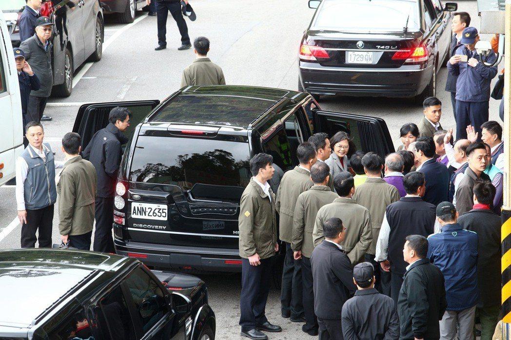 蔡英文總統今年2月到烘爐地南山福德宮參拜並發放紅包,維安人員繃緊神經嚴防抗議。 ...