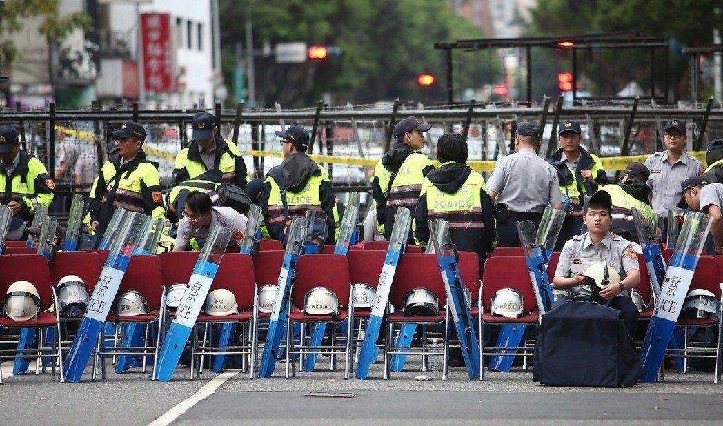 今年5月立院審查軍人年改法案,警方架起層並部署逾千警力嚴防八百壯士抗議。 圖/聯...
