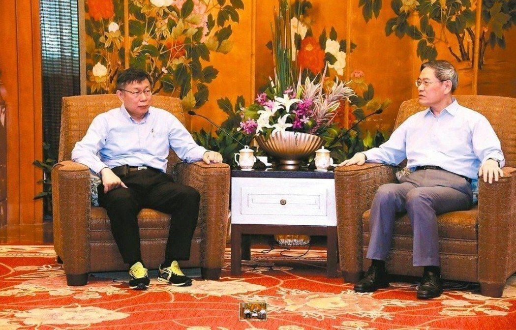 台北市長柯文哲(左)去年參加雙城論壇,與國台辦主任張志軍會面時穿著黃色球鞋。 圖...