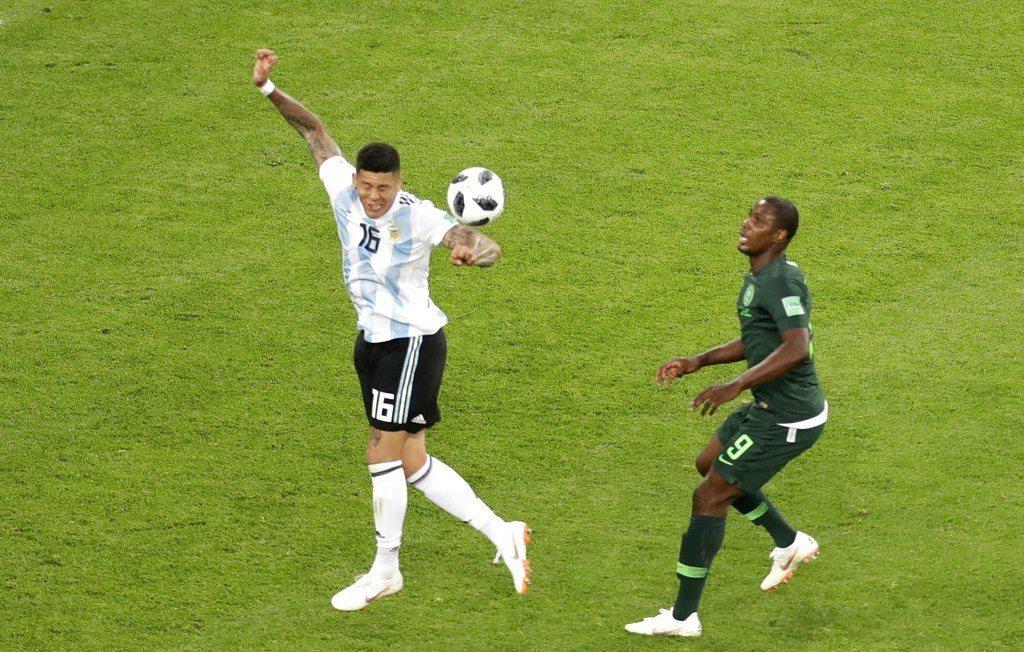 奈及利亞隊長米克爾對於主審包庇羅荷(左)手球感到不滿。 美聯社