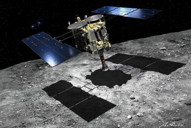 「隼鳥2號」利用一個撞擊器將小行星地表轟出一個坑口後,準備進行岩石樣本採集。圖/...