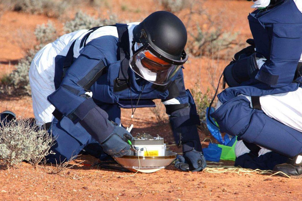 第一代「隼鳥號」探測小行星「絲川」後,日本科學家取回「隼鳥號」送回地球的樣本膠囊...