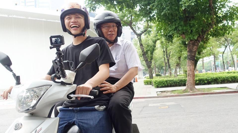 網紅蔡阿嘎在臉書上傳和台北市長柯文哲的「合照」,喜感十足。 圖/摘自蔡阿嘎IG