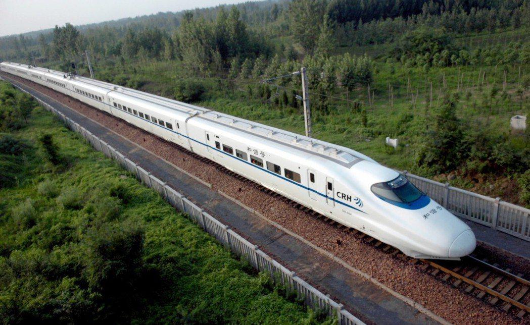武漢位居大陸高鐵樞紐位置,擁有絕佳的地理優勢。大陸高鐵是「新四大發明」之一。 (...