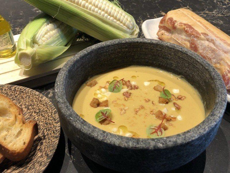 培根玉米濃湯,加入果木小薰的薄片,散發淡淡煙燻香。 業者/提供