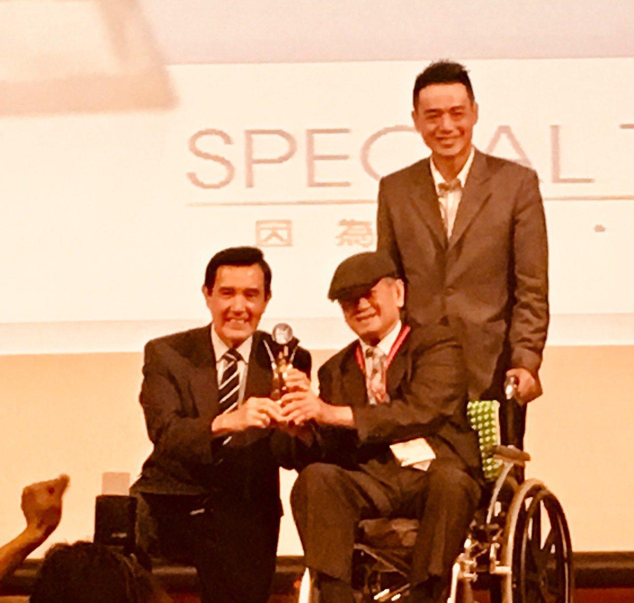 得獎企業克洛浦水素公司董事長謝新茂雖坐輪椅,但馬前總統曲膝合影,展現十足親和力。...