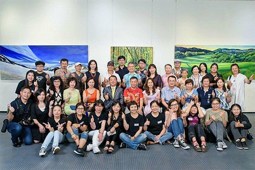 參與開幕式貴賓與新竹市美術協會會員。 新竹市美術協會/提供
