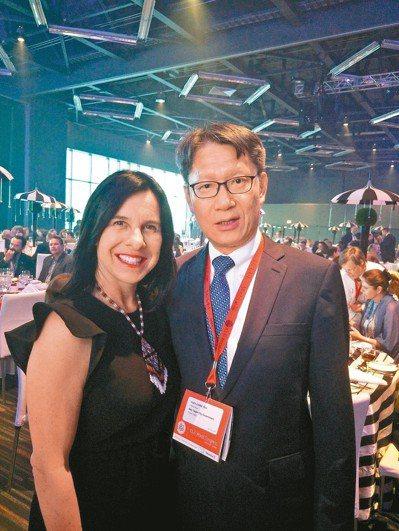 加拿大蒙特婁市市長普蘭特(左)熱烈歡迎新北市副市長葉惠青(右)出席大會並分享經驗...