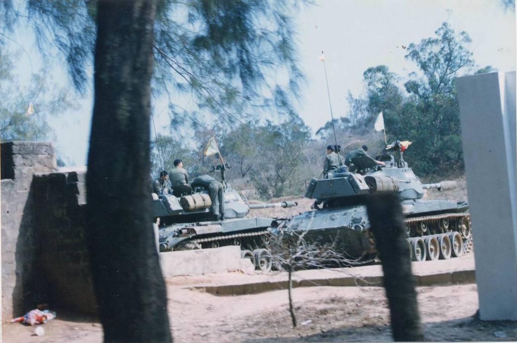 1996年3月,台海發生飛彈危機,金門戰車部隊加緊戰術演練,備戰氣氛濃厚。 圖/...