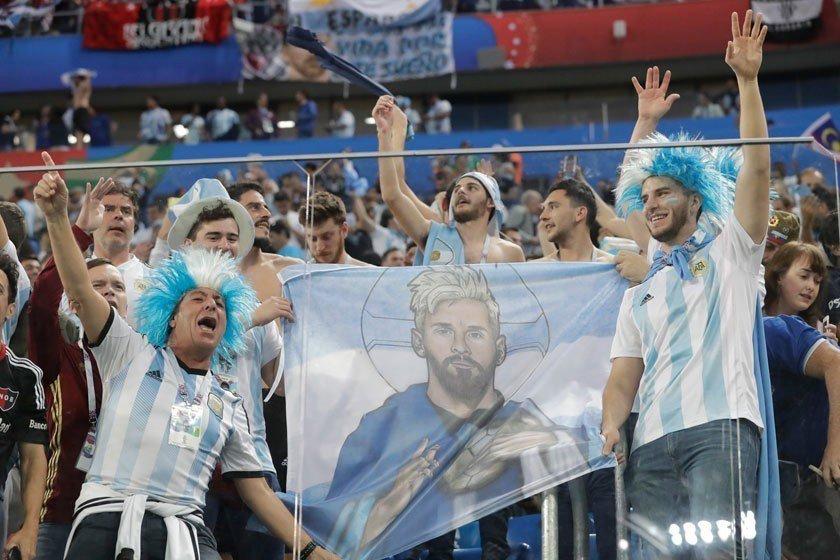阿根廷球迷熱切期待梅西扮演救世主角色,他總算在最關鍵的一戰率先進球。 美聯社