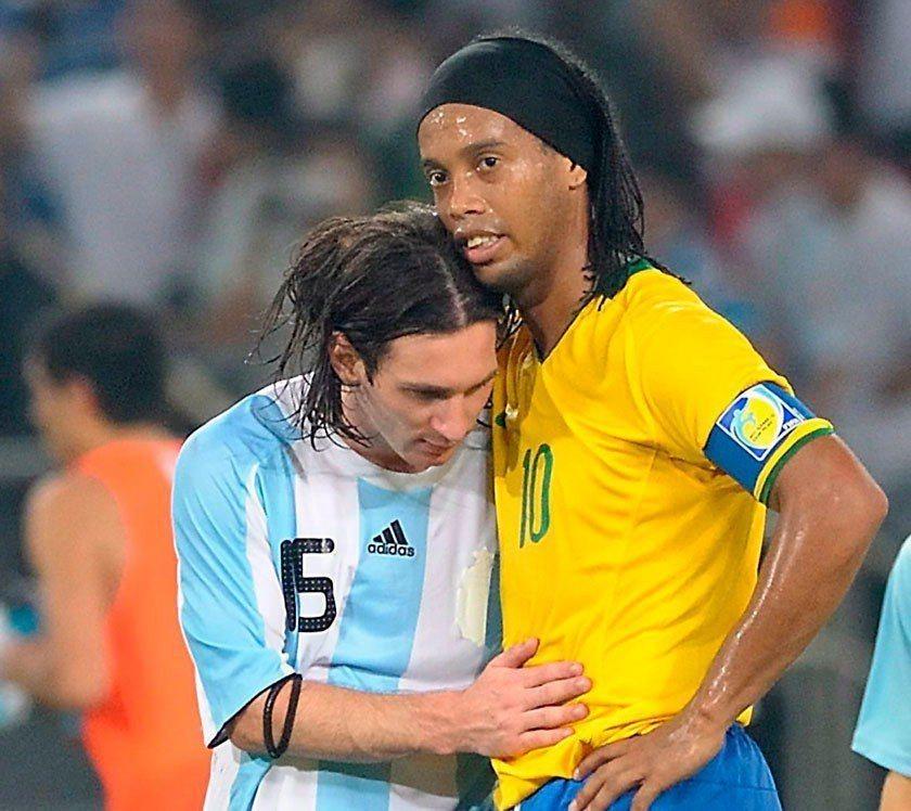 阿根廷在2008年奧運足球四強比賽時以3:0淘汰巴西,梅西(左)還特別在賽後上前...