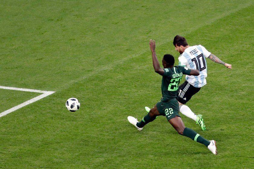 梅西(右)過去在世界盃的比賽總是像是遇到了鬼擋牆,怎麼踢都踢不進,這場比賽他終於...