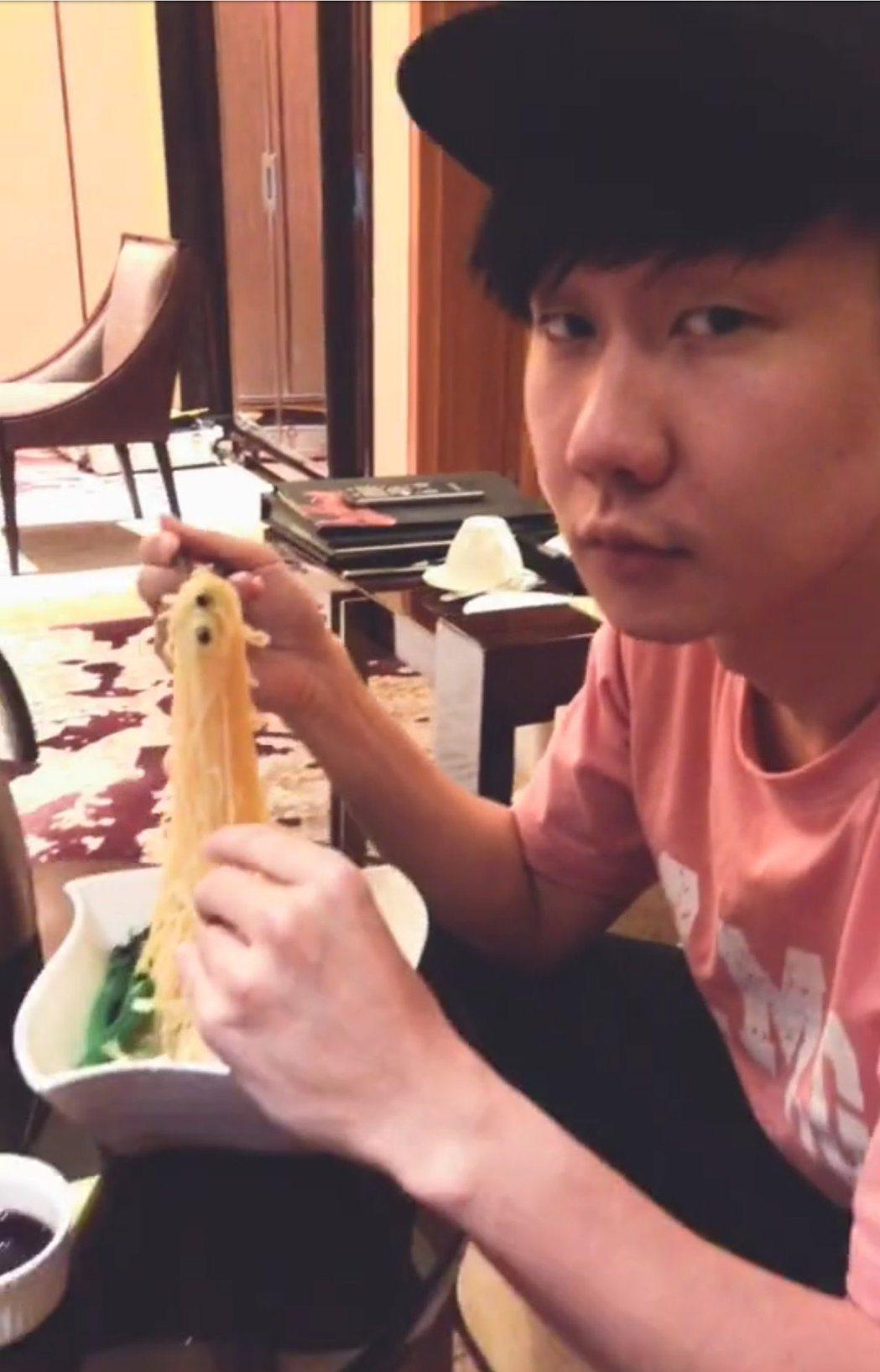 林俊傑無奈吃泡麵。 圖/摘自林俊傑微博