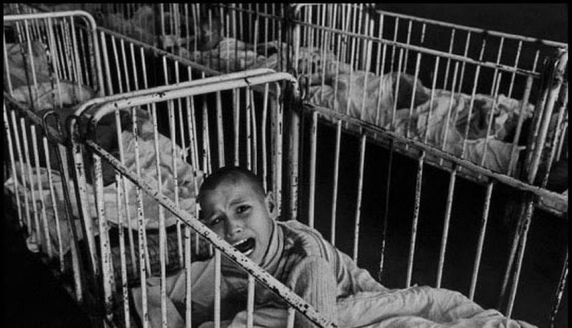 收容兒童病患的醫院,其實是死亡集中營?圖為羅馬尼亞1990年的兒少精神疾病醫院。...