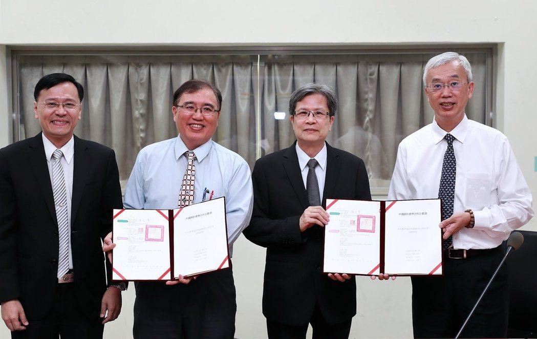 中國探針陳董事長(右1)與臺北大學共同合作改善製程。 臺北大學/提供。