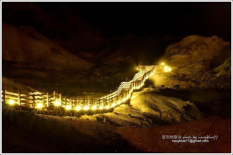↑地獄谷往鐵泉池的棧道,在夏季晚上會點燈,方便遊客去夜遊,號稱「鬼火之路」,布魯...