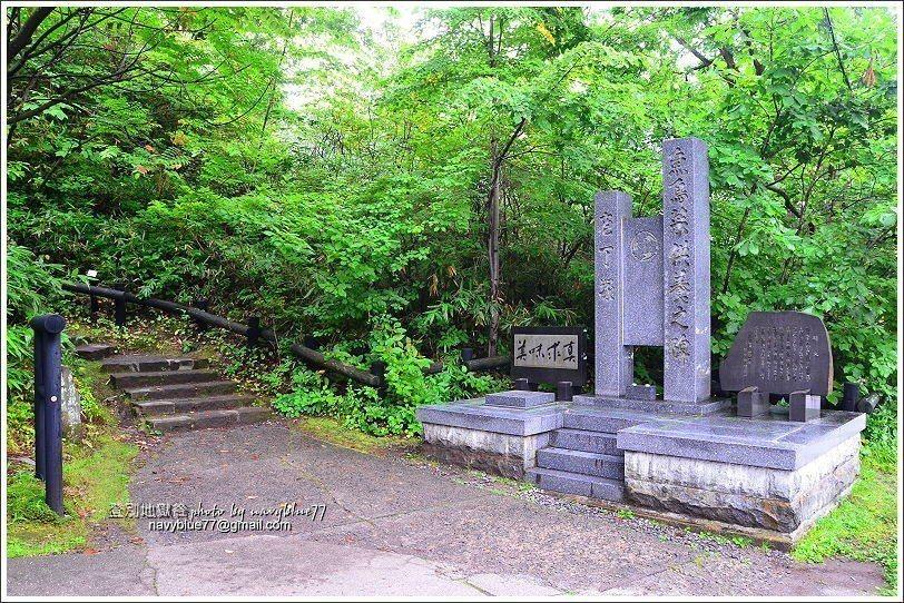 ↑2題目石對面有一座庖丁塚石埤,用來祭慰供給人們享用的動植物靈魂。由此可走步道上...