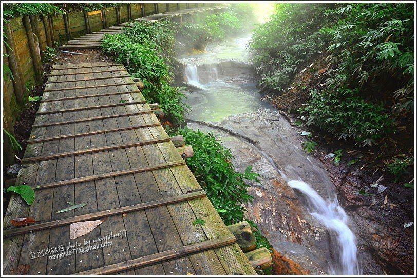 ↑14大湯沼川天然足湯,原本過高的水溫,在流洩一段距離後,在此處水溫剛好可以泡足...