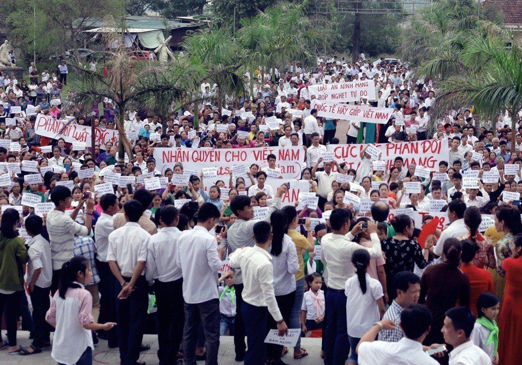 抗議活動大致平順,不過仍有一些地區發生衝突,特別是在中部地區。圖為越南河靜省的抗...