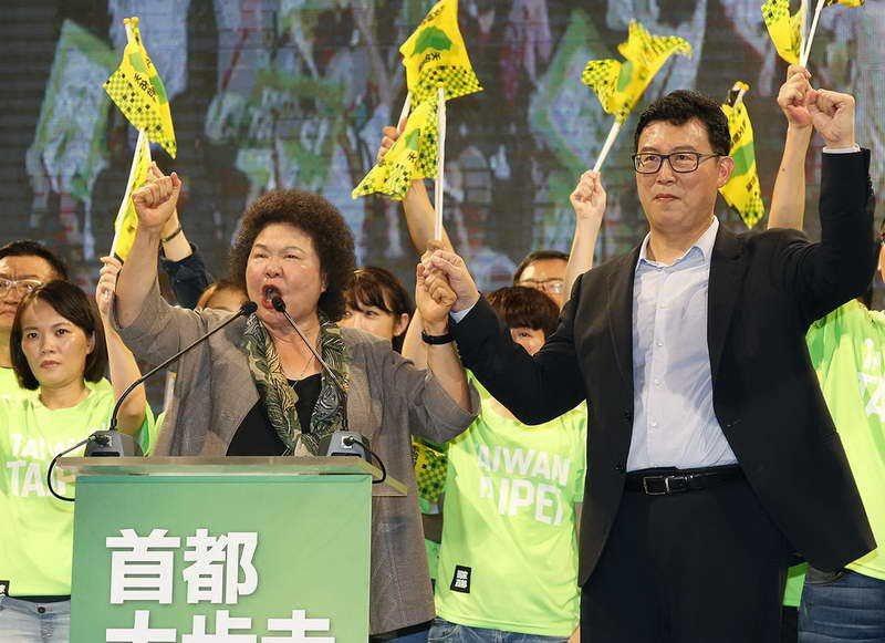 陳菊(左)高舉姚文智(右)的手,卻拉不起綠營在首都的聲勢。 攝影/郭晉瑋