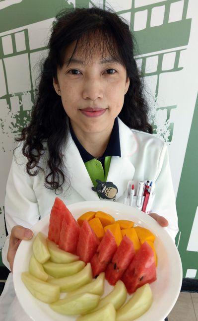 台中榮總營養室主任謝惠敏建議,減重首重均衡飲食,掌握少吃多運動原則,瘦身比較能夠...