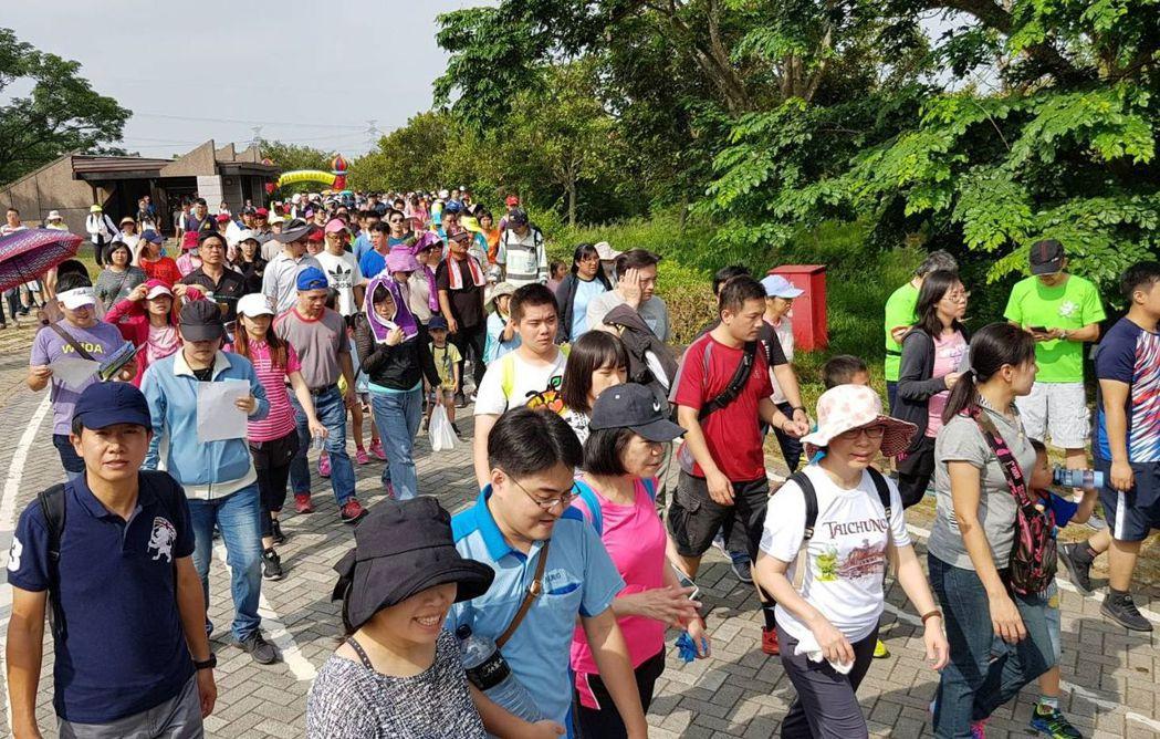 圖為民眾參與台中都會公園健走活動。圖/健保署中區業務組提供