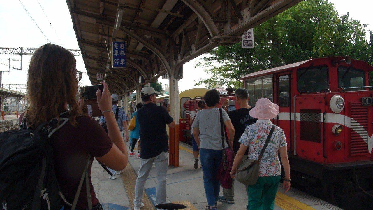 遊客們上車前忙著拍照留影。記者謝恩得/攝影