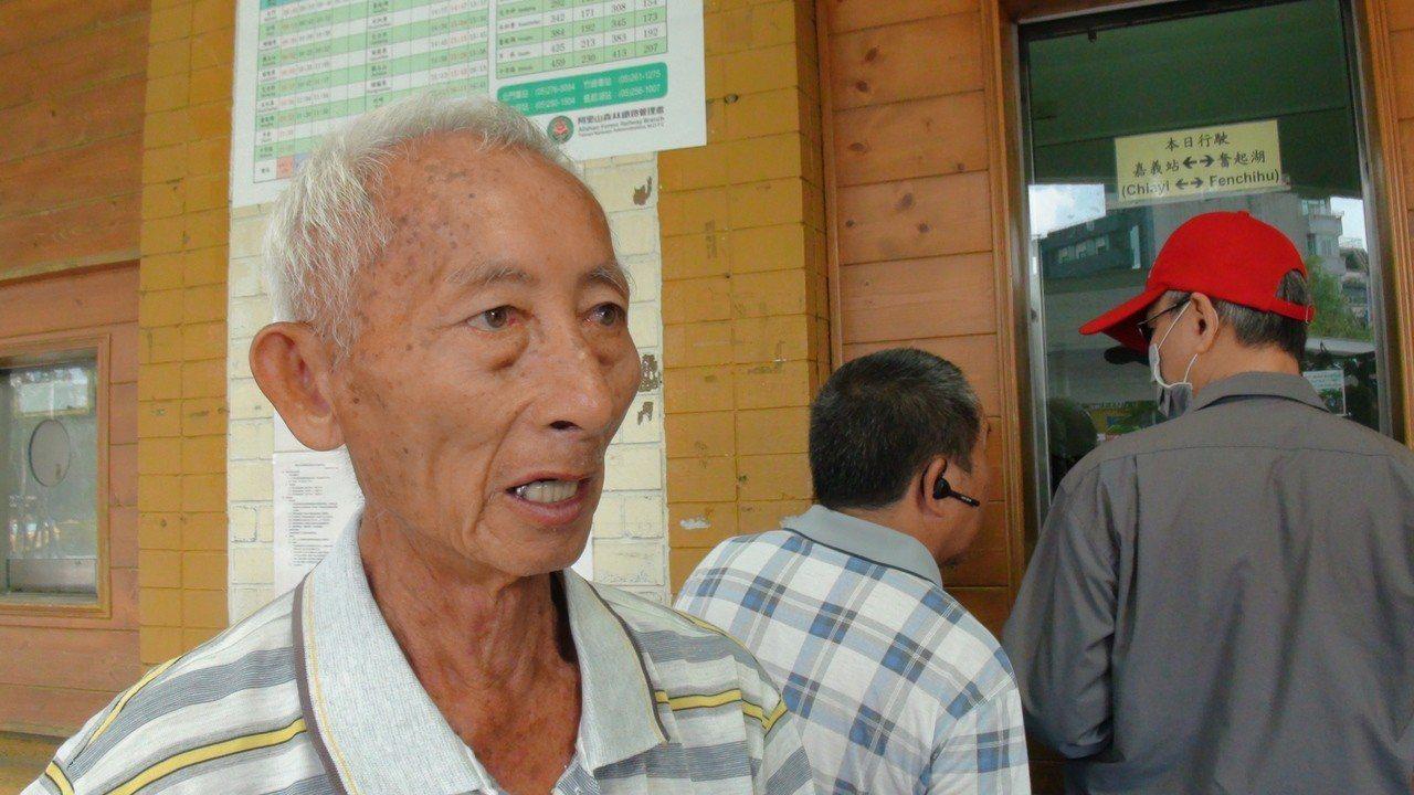 台南官田來70歲的阿伯生平第一次坐阿里山火車。記者謝恩得/攝影