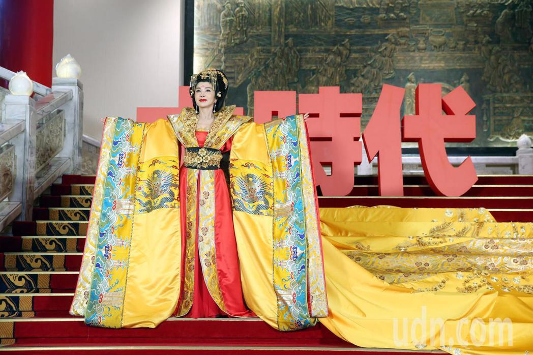 民視八點大戲「大時代」,女主角陳美鳳今天以武則天扮相亮相,全身的行頭重達數十公斤...