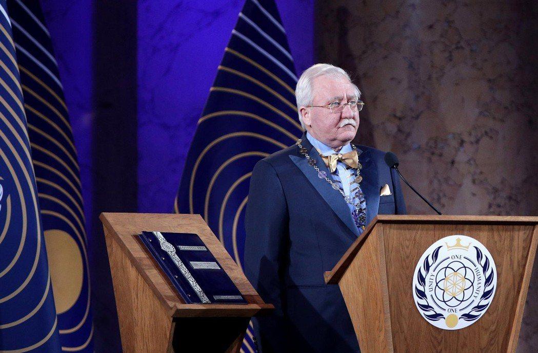 俄國科學家阿舒爾貝利25日宣誓就任為「阿斯伽迪亞」第1任元首,他的右側為《阿斯伽...