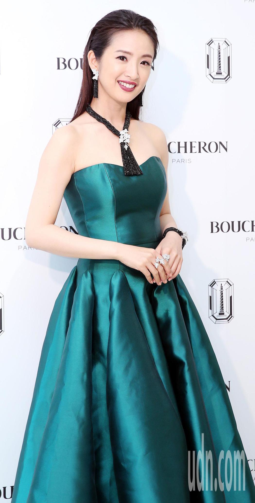 林依晨一襲露肩藍綠色長禮服,展現優雅氣質。記者侯永全/攝影
