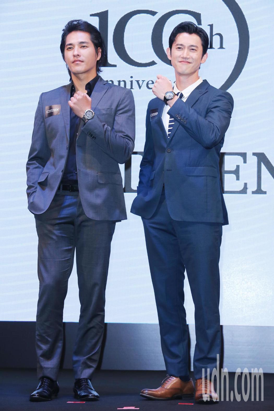 兩大金鐘影帝藍正龍(左)及吳慷仁(右)聯手代言新款GPS衛星對時錶。記者徐兆玄/...