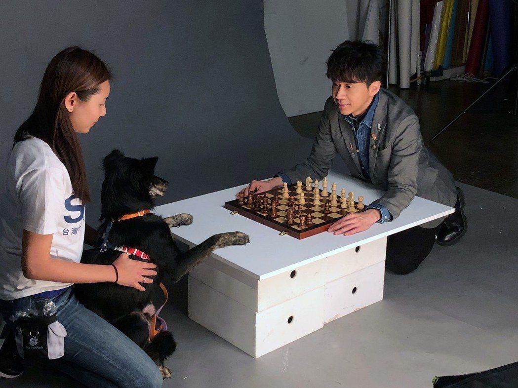 光良和狗狗「乖乖」一起拍公益廣告。圖/星娛音樂提供