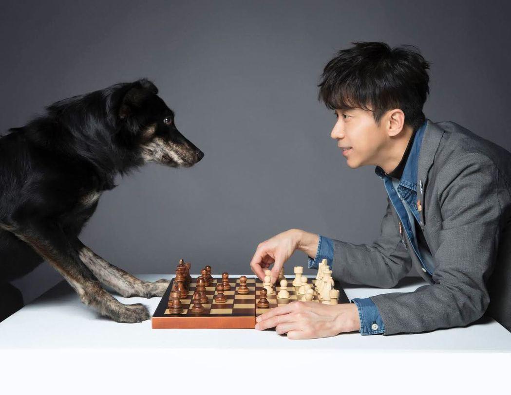 光良和狗狗「乖乖」一起拍公益廣告。圖/PETA提供