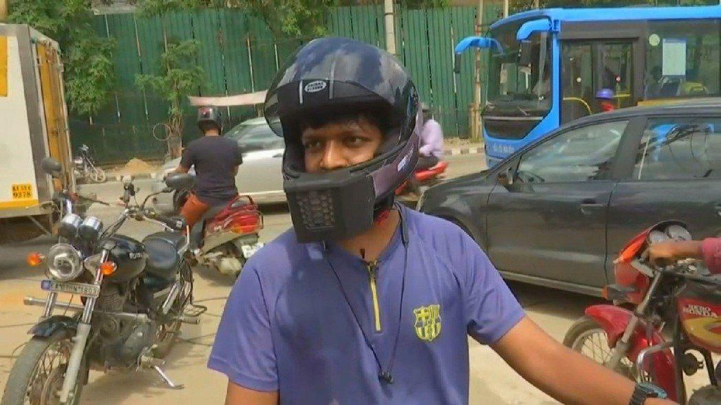 印度新創公司「BluArmor」推出一款便宜實惠的外掛式空調,讓摩托車騎士不會被...