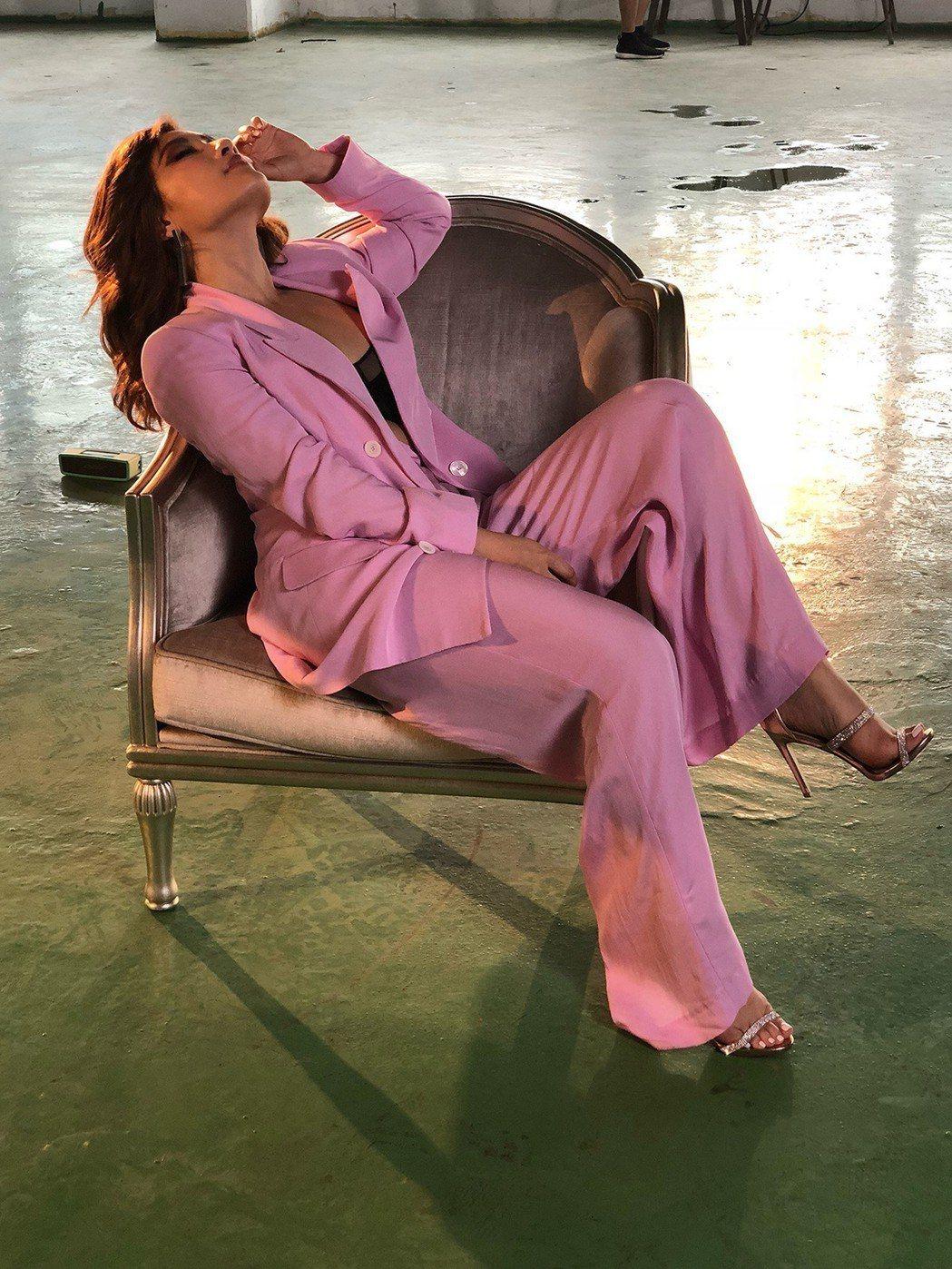 劉明湘穿著粉色套裝,性感展現34E奶。圖/劉明湘提供