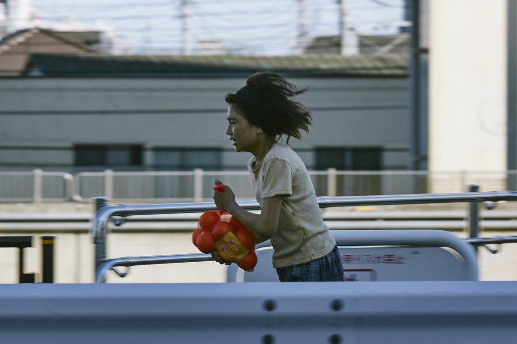 城檜吏在片中飾演小偷家族中的兒子,跟爸爸以偷竊維生。圖/采昌國際提供