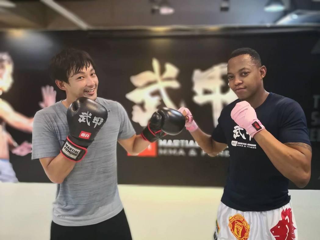 威廉(左)接下拳擊手的角色,積極上拳擊課。圖/摘自廖威廉臉書
