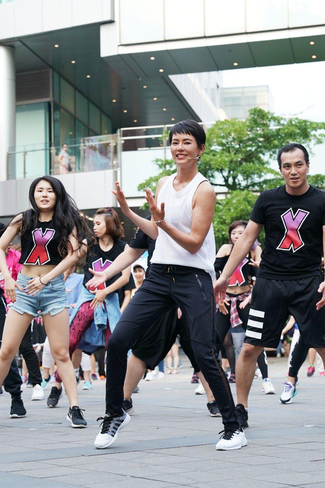 劉香慈引領民眾一起跳廣場舞。圖/TVBS提供