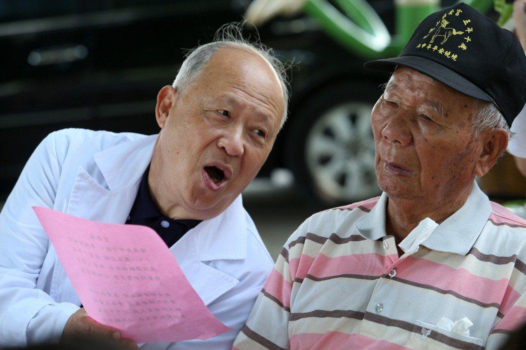 嘉義大林慈濟醫院曹汶龍主任(左)長期進到偏鄉社區,成立記憶保養班,讓許多老人找回...