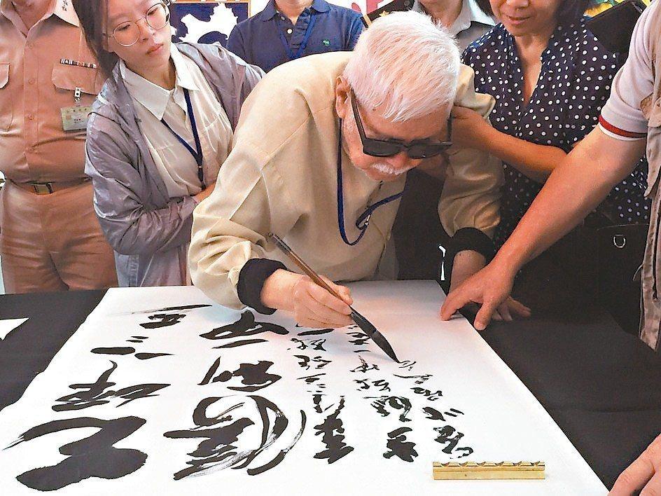 水墨畫名家李奇茂(中)今清晨逝世,享壽94歲。 記者蔡家蓁/攝影
