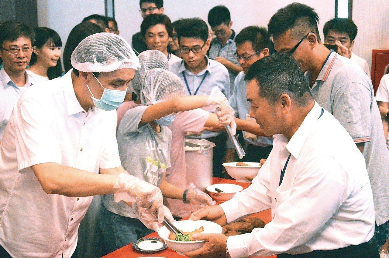 新北市政府昨舉辦「全台契作農友感恩餐會」,市長朱立倫(左一)和鶯歌永吉國小學童們...