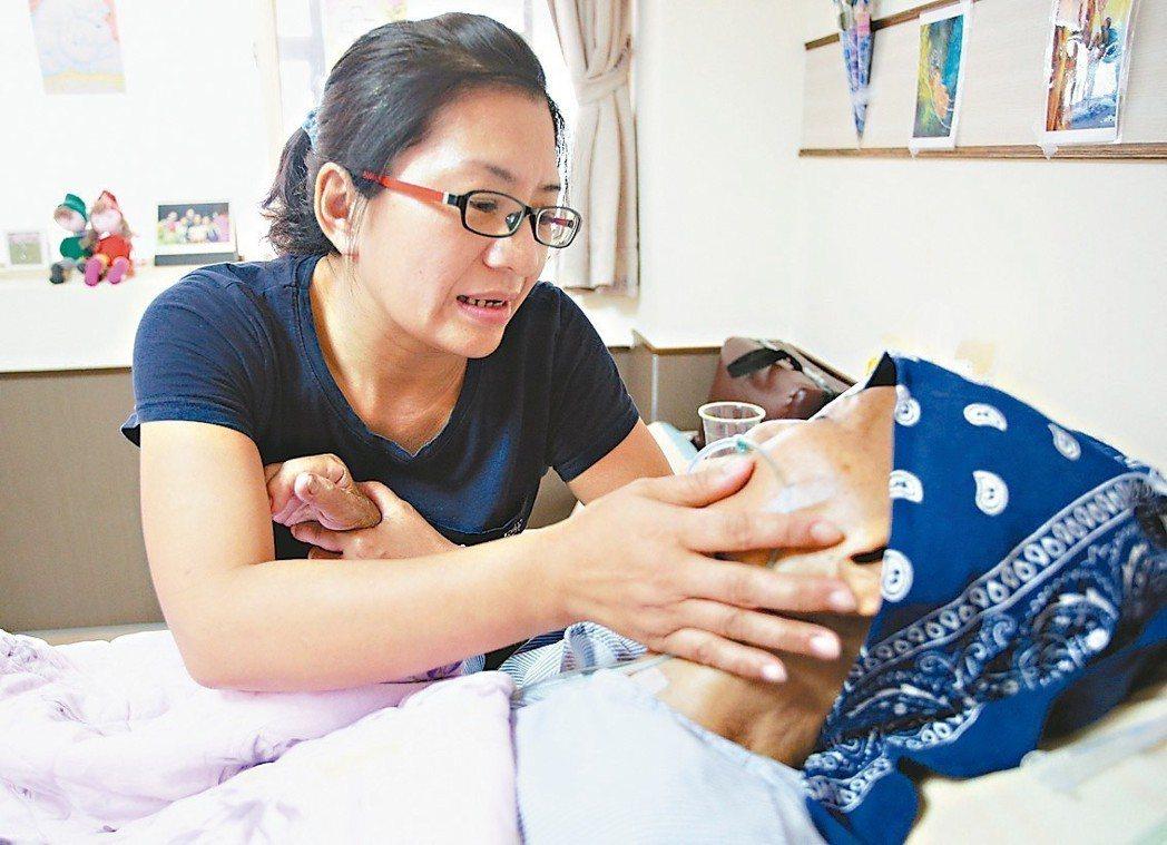 項家媳婦秦正芬(左)一如往常在中午來到部立屏東醫院,探視住安寧病房的婆婆高秋枝。...