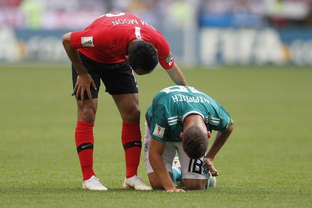 德國隊竟然打輸南韓,球員忍不住跪下。 (美聯社)