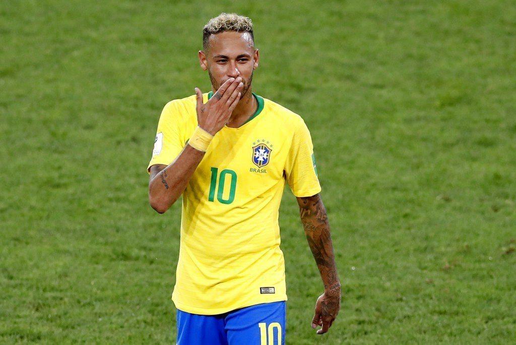 巴西連續13屆通過分組賽考驗,內馬爾向球迷獻上飛吻。 美聯社