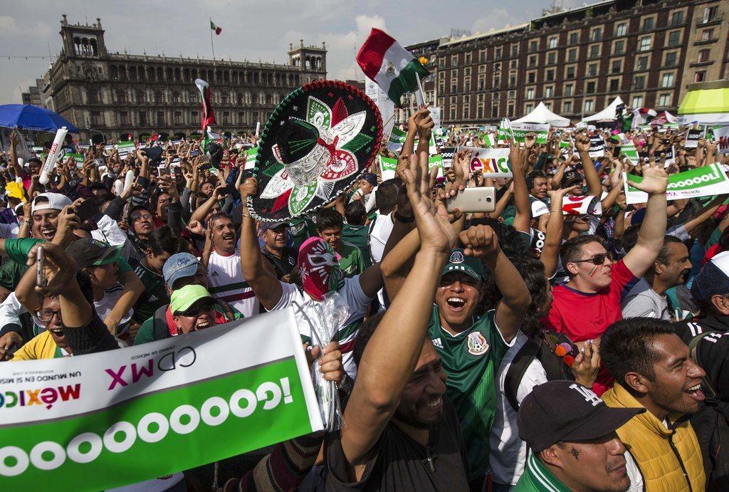 靠著南韓擊敗德國,墨西哥得以晉級16強,熱情的墨西哥球迷包圍墨西哥市的南韓大使館...