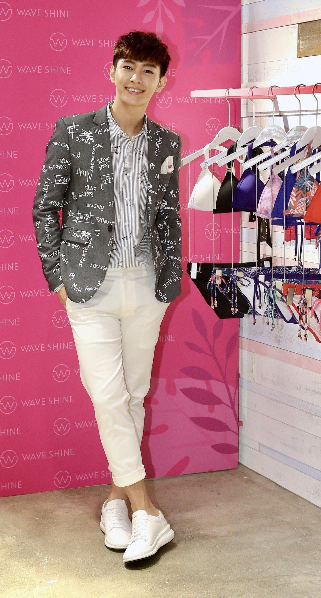炎亞綸擔任泳裝品牌WAVE SHINE一日店長,分享對健康性感的泳裝看法,並用貼...