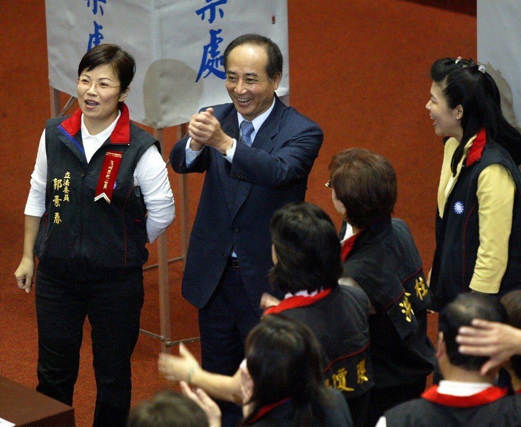 2006年6月,立法院長王金平投下贊成罷免陳水扁總統的一票,隨後拱手向立委們致意...