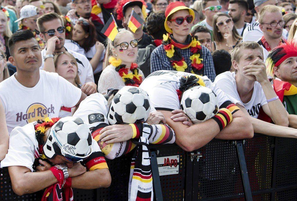 德國爆冷門踢輸南韓,德國球迷崩潰痛哭。美聯社 美聯社