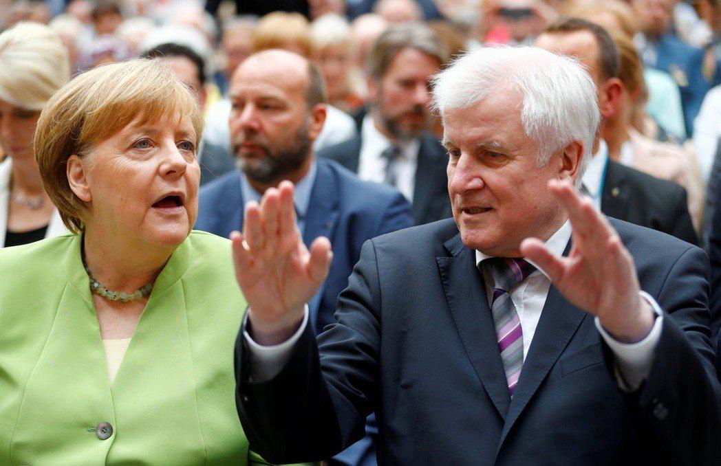德國總理梅克爾(左)與內政部長傑賀佛(右)因移民政策失和,傑賀佛揚言率黨退出聯合...